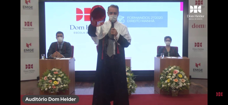 Reitor Paulo Umberto  Stumpf SJ erguendo a borla e conferindo grau aos formandos.