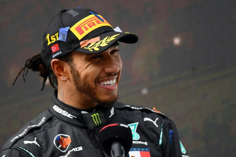 Lewis Hamilton após a vitória no GP da Turquia de Fórmula 1, em 15 de novembro de 2020, no circuito de Istambul