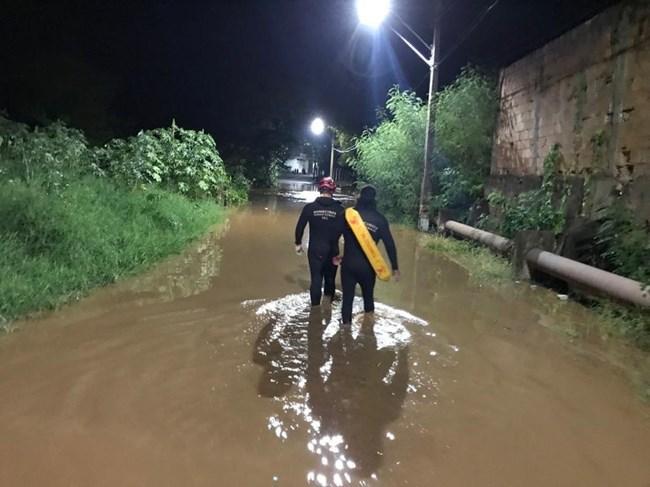 Bombeiros buscam carros levados pela água no Norte de Minas