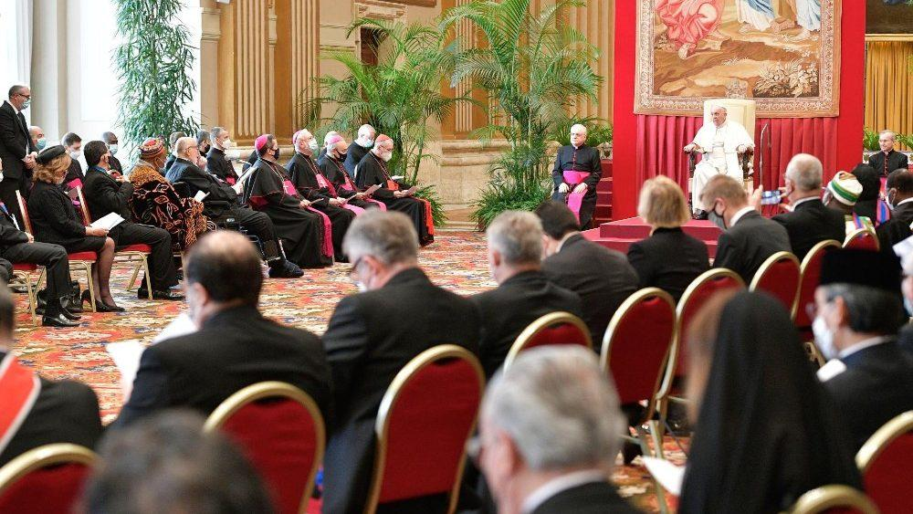 Audiência de diplomatas creditados junto a Santa Sé com o papa Francisco