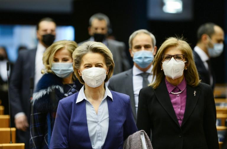 Ursula von der Leyen chega ao Parlamento Europeu para um debate sobre a estratégia de vacinação da UE