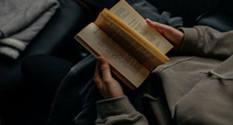 Antes ser um mau leitor num país de parvos do que um bom leitor, acomodado, num país de servos (Unsplash/Lilly Rum)