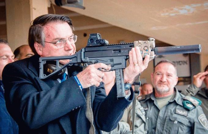Em janeiro deste ano, Bolsonaro afirmou a apoiadores, na porta do Palácio do Alvorada, que preparava decretos para facilitar o acesso a armas de fogo a CACs