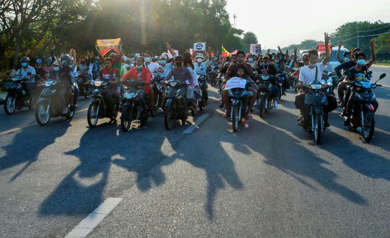 Manifestantes realizam protesto contra o golpe de Estado em Mianmar, em Naipyidó
