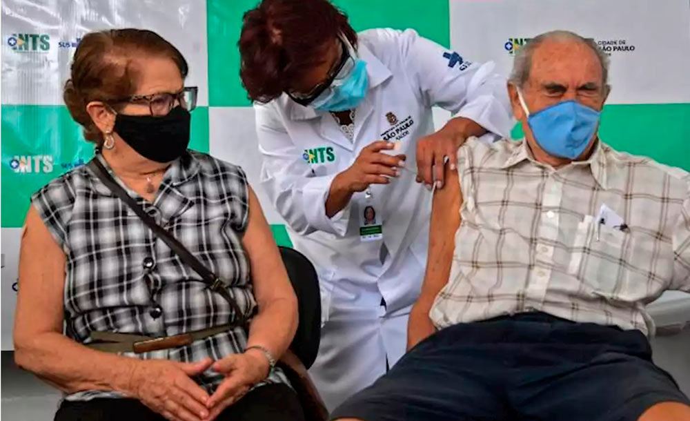 Idosos recebem vacina em São Paulo: várias cidades tiveram que interromper a campanha