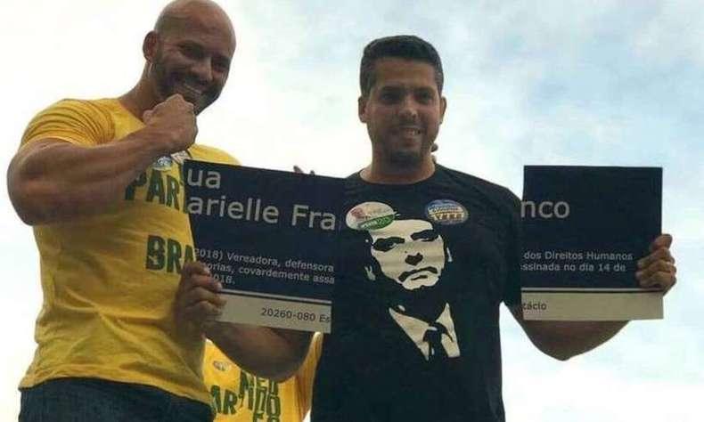 Silveira (E) ficou conhecido quando, ao lado de outros dois candidatos, quebrou uma placa em homenagem à Marielle Franco