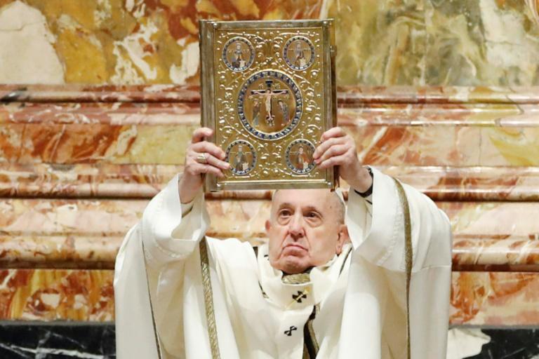 O papa segura o Livro Sagrado de Orações enquanto celebra a Missa pela Epifania na Basílica de São Pedro, no Vaticano