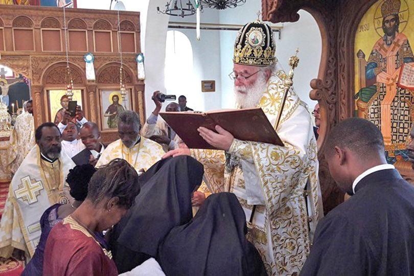 O patriarca de Alexandria e toda a África, Theodoros II, consagra 'diaconisa das missões' em República Democrática do Congo