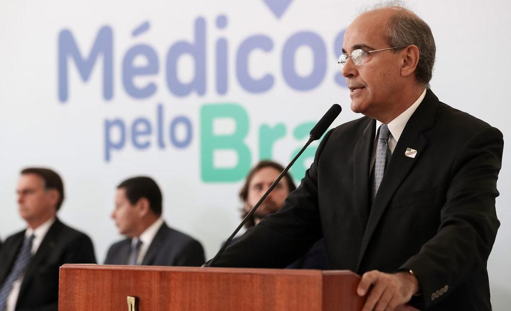 O presidente do CFM defende a autorização da prescrição de cloroquina em evento com o presidente