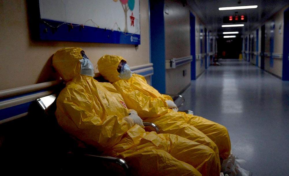 Obra mostra momentos de tensão, desespero e cansaço nos hospitais chineses no início da pandemia