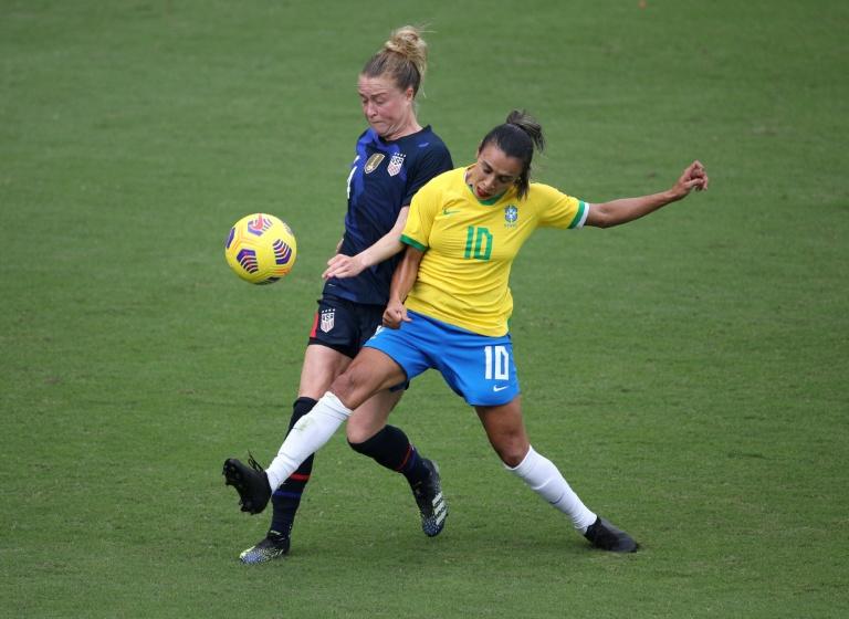 A atacante Marta (E) disputa bola na partida entre as seleções dos EUA e Brasil, pela Copa SheBelieves