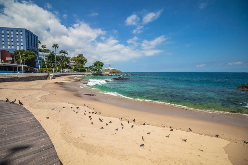 Praia de Salvador, na Bahia, completamente vazia por causa da pandemia do novo coronavírus