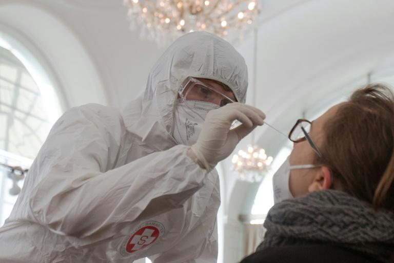 Técnico de Enfermagem coleta amostra para fazer teste rápido de antígenos para detecção do coronavírus, em um centro instalado no Palácio de Schönbrunn, em 4 de fevereiro de 2021 em Viena