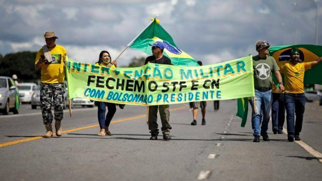 Manifestantes pregam abertamente uma intervenção militar e o fechamento do STF