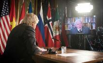 O primeiro-ministro britânico, Boris Johnson, assiste a mensagem em vídeo do naturalista britânico David Attenborough na abertura de uma sessão do Conselho de Segurança da ONU sobre o clima, em 23 de fevereiro de 2021 (Stefan Rousseau/AFP)