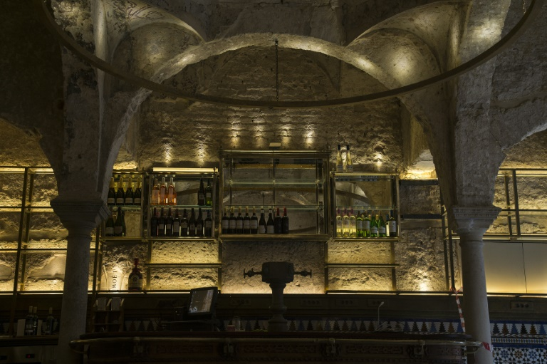 Os banhos termais, juntamente com suas obras de arte, esculturas e acessórios de parede foram perfeitamente preservados