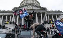 Simpatizantes do então presidente Donald Trump protestam em frente ao Capitólio, sede do Congresso americano, em 6 de janeiro de 2021, em Washington DC (Alex Edelman/AFP)