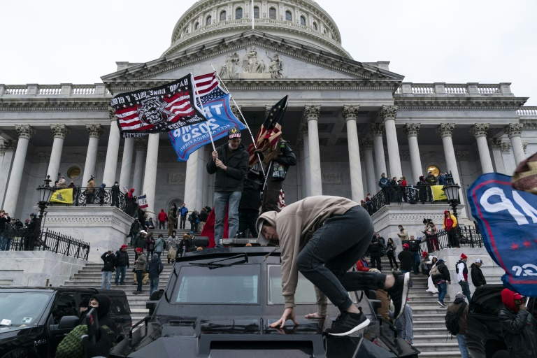 Simpatizantes do então presidente Donald Trump protestam em frente ao Capitólio, sede do Congresso americano, em 6 de janeiro de 2021, em Washington DC