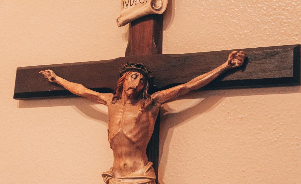 Tammy, uma protestante, uma vez me disse que sua igreja não tem o corpo de Cristo na cruz. Porque Jesus não está mais na cruz, apontou. Ele ressuscitou