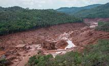 O rompimento da barragem de rejeitos em Bento Rodrigues foi o maior desastre ambiental do mundo (Christophe Simon/AFP)