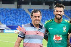 José Agostinho e o filho durante treino com a seleção brasileira (Lucas Figueiredo/CBF)
