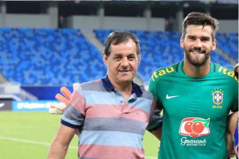 José Agostinho e o filho durante treino com a seleção brasileira