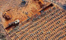 Tratores abrem covas em cemitério de Manaus, onde foi detectada uma variante da Covid-19 (Michael Dantas/AFP)