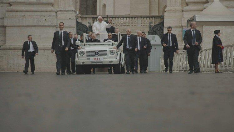 Papa Francisco, antes da Audiência Geral de quarta-feira, rodeado pelos seus seguranças particulares