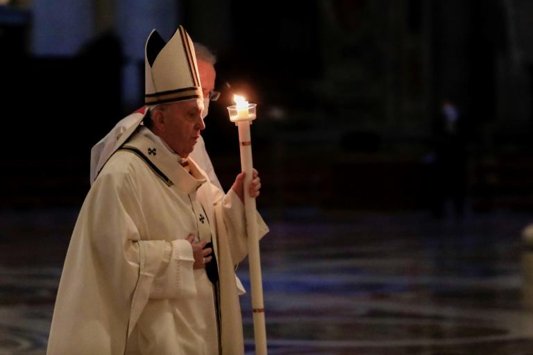 O Papa Francisco segura uma vela ao chegar para celebrar a Missa por ocasião da celebração do Dia Mundial da Vida Consagrada na Basílica de São Pedro no Vaticano em 2 de fevereiro de 2021.