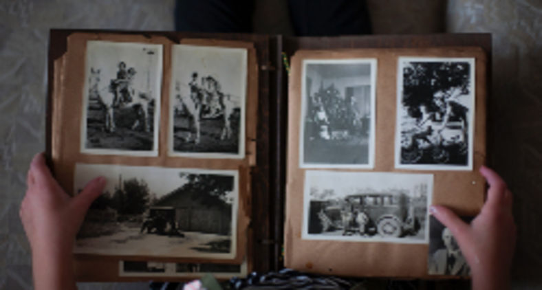 """Fico cá a pensar quantas histórias essas pensões para """"rapazes de família"""" guardam no correr dos anos (Laura Fuhrman / Unsplash)"""