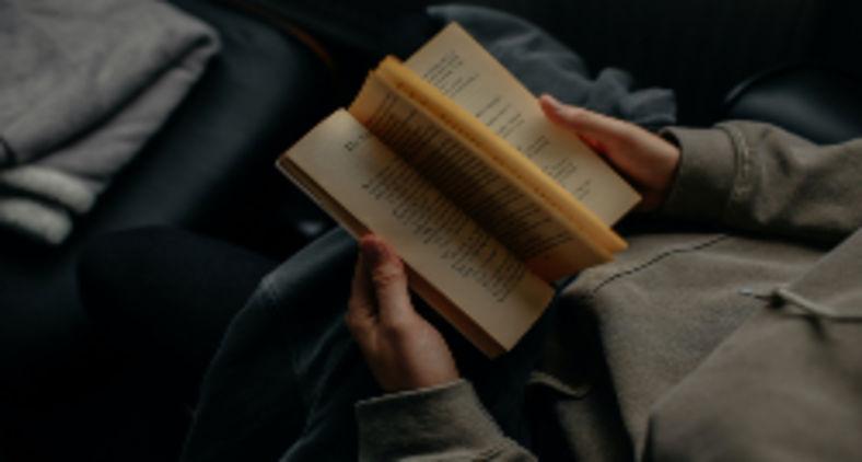 Foi aí que me recordei de um livro do escritor português, Nobel de Literatura, José Saramago, 'O caderno', onde foram reunidos vários artigos soltos do autor que se tornaram um livro (Lilly Rum / Unsplash)