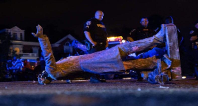 Estátua de Jefferson Davis derrubada em Richmond, na Virgínia, nos EUA (Parker Michels-Boyce/AFP)