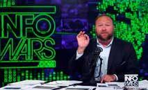 Alex Jones e seu programa Infowars: plataforma de disseminação de teorias extremistas da conspiração (YouTube/Infowars)