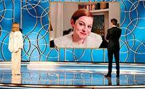 A atriz Emma Corrin recebe o prêmio de melhor atuação no Globo de Ouro, em 28 de fevereiro de 2021 (Christopher POLK/AFP)