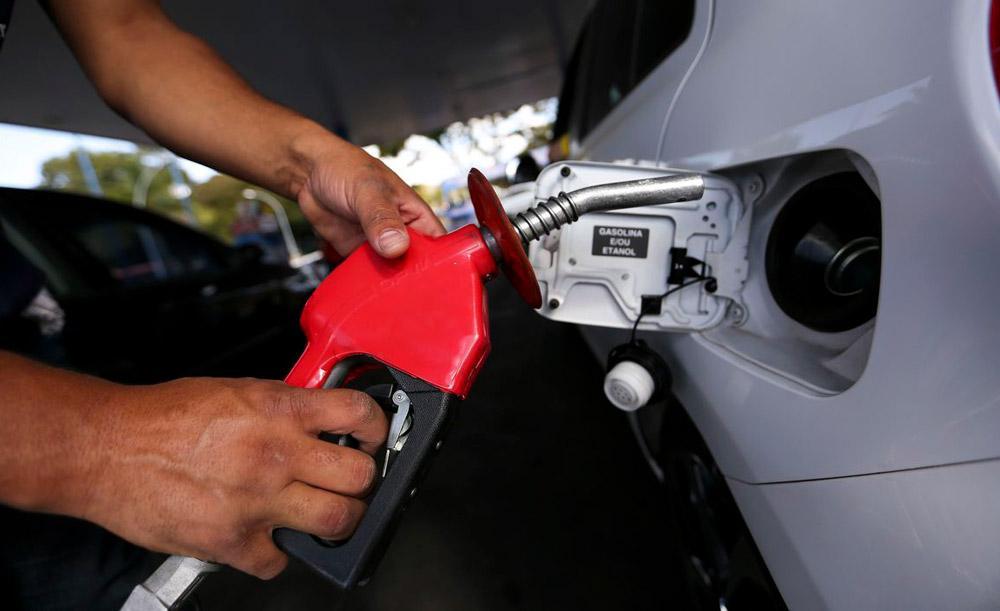 Apesar da troca de comando na Petrobras, estatal ajusta preços de acordo com valores internacionais