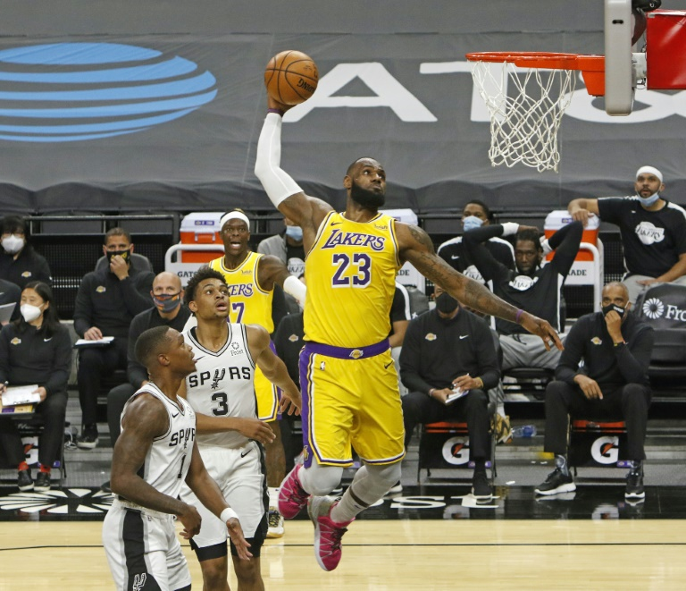 A estrela da NBA LeBron James durante uma partida em San Antonio