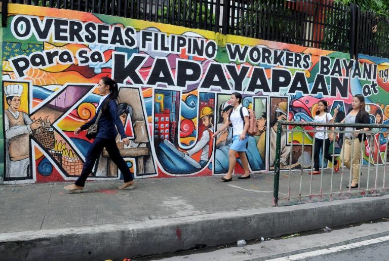 Milhões de filipinos tentam fugir dos salários reduzidos, do desempreto e da falta de oportunidades no país emigrando, a maioria como empregados domésticos