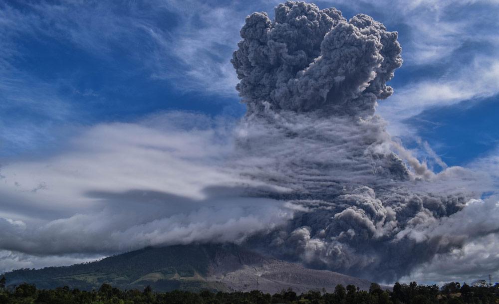 O vulcão, na ilha de Sumatra, ficou adormecido por séculos e voltou à atividade em 2010