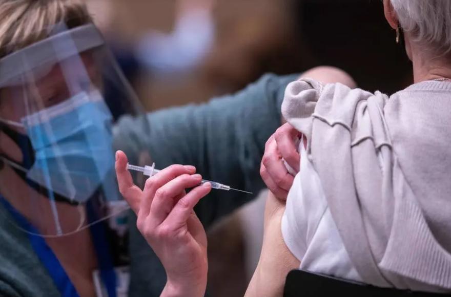 Para economista, falta de vacina na quantidade necessária atrasa recuperação do país