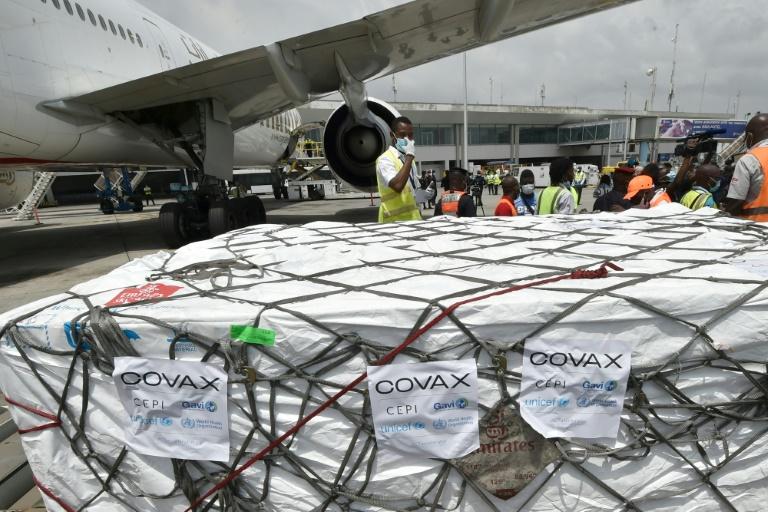 Trabalhadores descarregam um carregamento da vacina da AstraZeneca contra a covid-19 do mecanismo Covax no aeroporto de Abidjan, Costa do Marfim, 26 de fevereiro de 2021