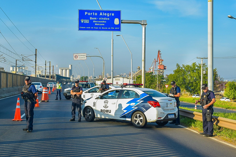 Barreiras para alertar a população sobre medidas para restringir a circulação de pessoas