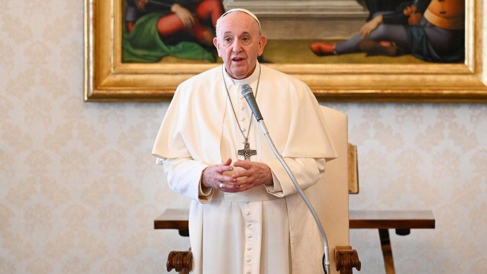 Francisco durante a audiência geral do dia 3 de março no Palácio Apostólico no Vaticano