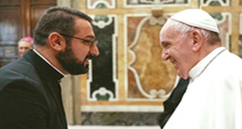 Padre Karam Shamasha em encontro com o papa Francisco em Roma (Arquivo pessoal)