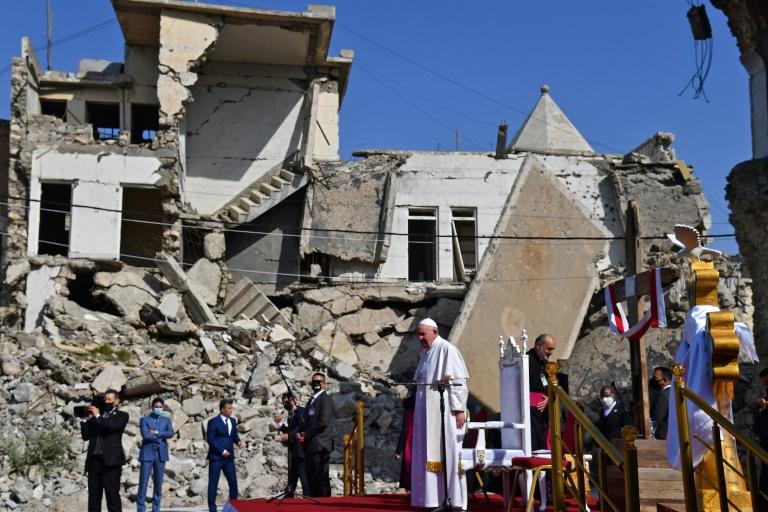 O papa Francisco em meio às ruínas de Mossul, Iraque, em 7 de março de 2021