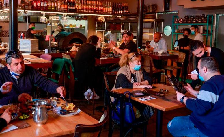 Clientes voltam a frequentar o restaurante Hamotzi, em Jerusalém