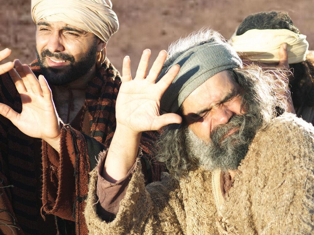 'Jesus tomou consigo Pedro, Tiago e João, seu irmão, e conduziu-os à parte a uma alta montanha. Lá se transfigurou na presença deles: seu rosto brilhou como o sol, suas vestes tornaram-se resplandecentes de brancura'