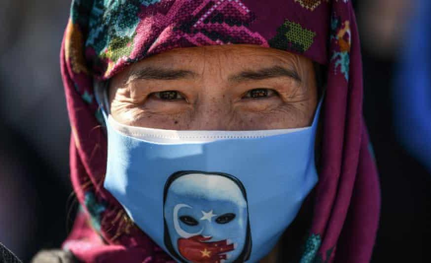 Manifestante uigur participa de protesto em Istambul, na Turquia, onde vivem milhares de refugiados