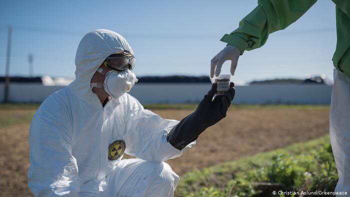 Agente do governo recolhe amostra de radioatividade do solo em área próxima á usina nuclear de Fukushima
