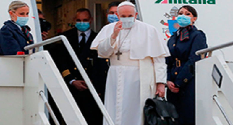 Francisco cumprimenta jornalistas antes de viajar para o Iraque, no último dia 5 de março (Vatican Media)