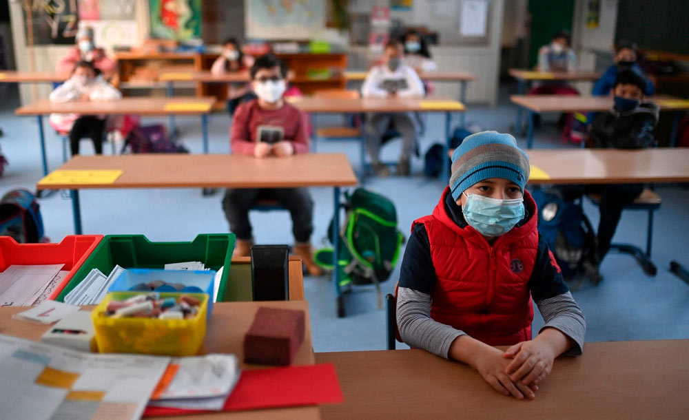 Alunos em sala de aula na Alemanha mantêm distância, além de usarem máscara